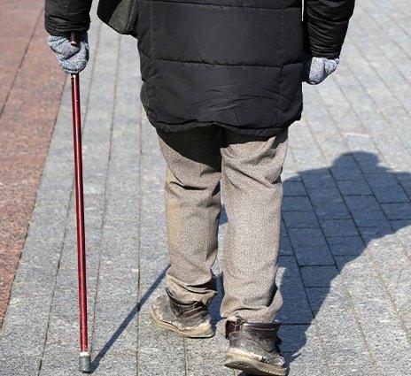 jalan bertongkat legakan sakit lutut